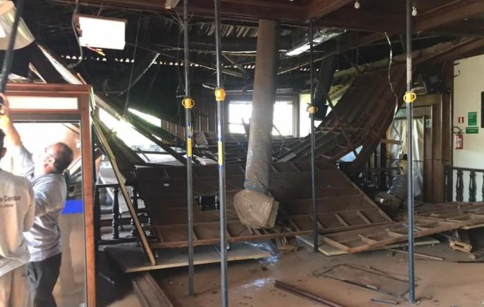 Sem prazo definido, Câmara de Tupã aguarda vistoria para fazer remoção de escombros de forro que desabou no plenário