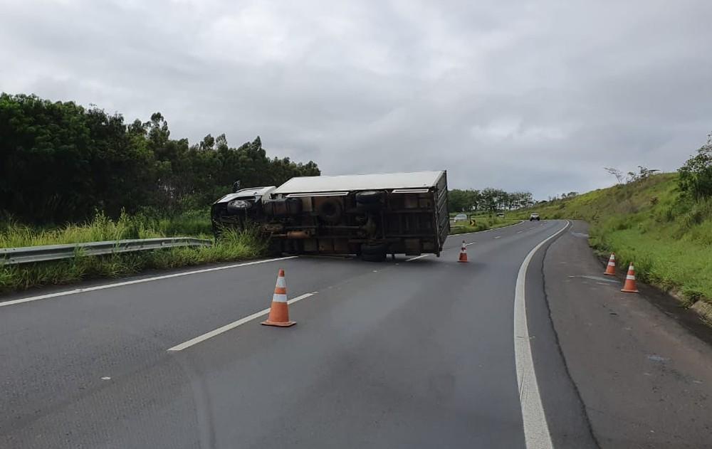 Caminhão tomba e interdita faixa da SP-294 em Gália
