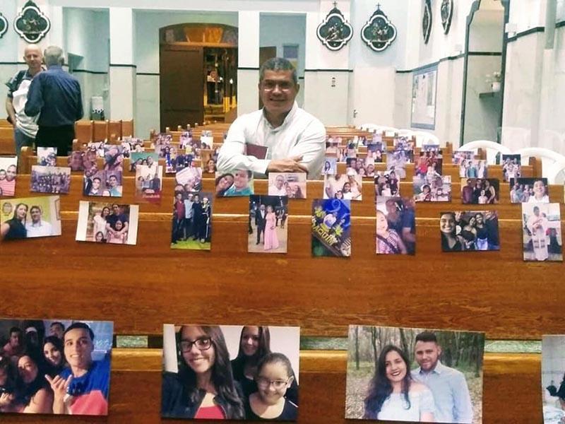Paróquia coloca fotos de fiéis em bancos para celebrar missa: 'Laços da fé nos unem'