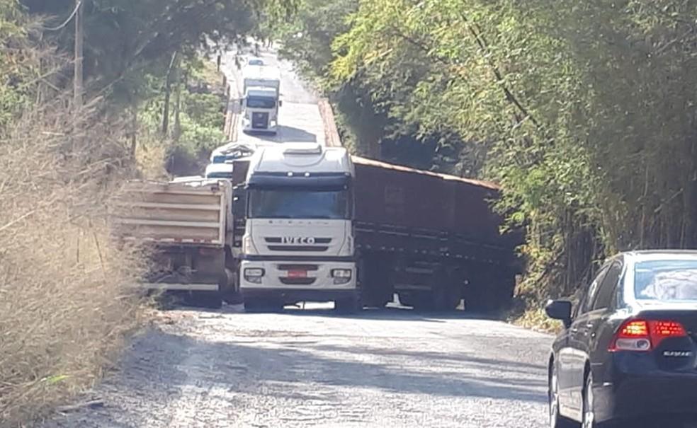 Carreta tem falha mecânica e interdita vicinal que liga Tupã e Quatá