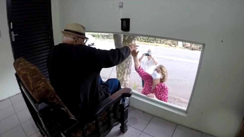 Asilo de Tupã se reinventa e cria sala para idosos matarem saudade de parentes através do vidro