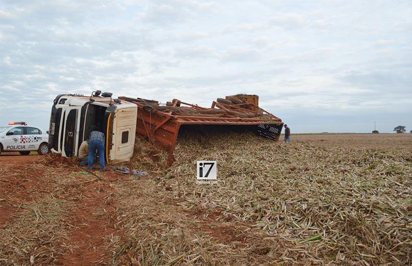 Motorista sofre traumatismo craniano após carreta tombar em área rural de Paraguaçu